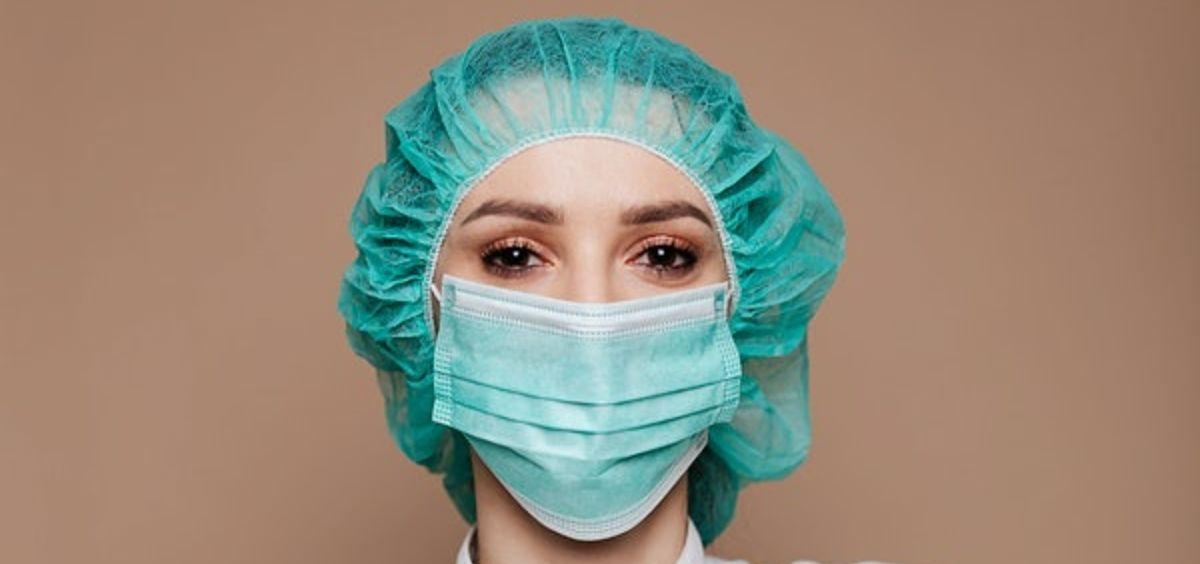 Profesional sanitaria protegida frente al coronavirus. (Foto. Rawpixel)