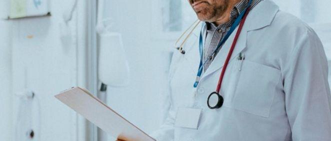 Un médico en consulta. (Foto. Rawpixel)