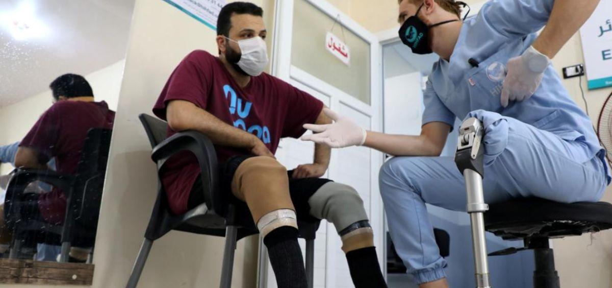 Abdelmawla Ibrahim y un paciente (Foto. Reuters   Mahmoud Hassano)