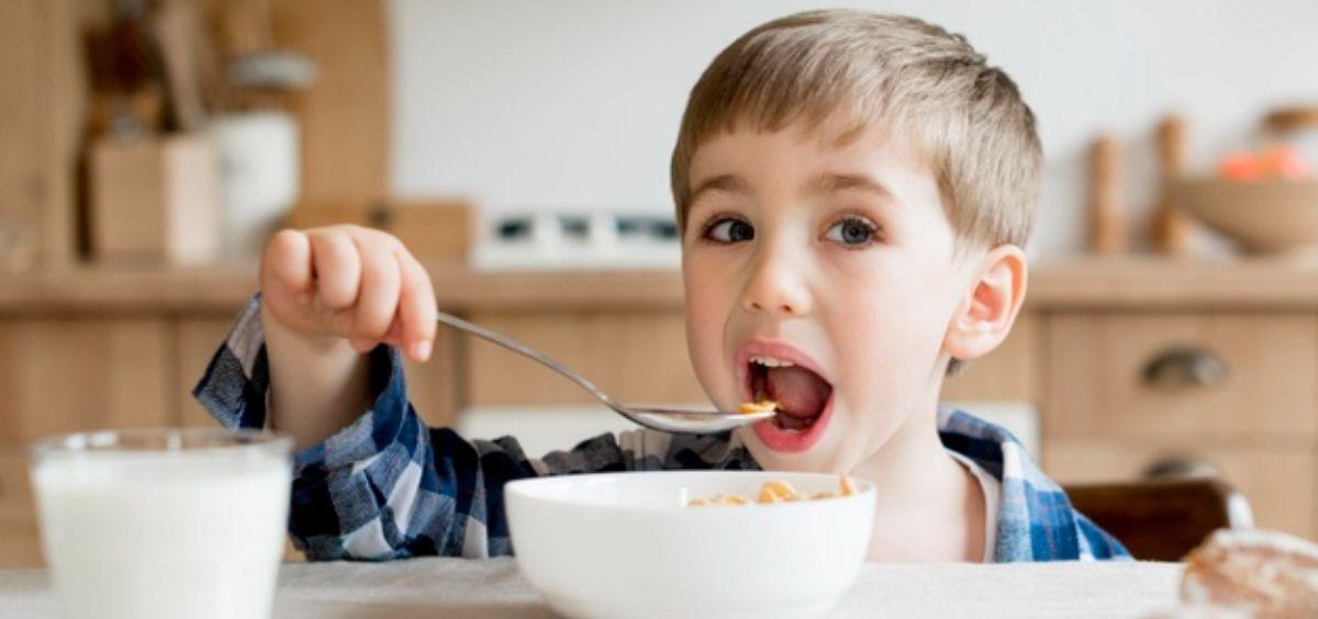 Niño desayunando alimentos saludables (Foto. Freepik)