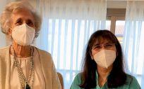 La enfermera Margarita Poma, especialista en el manejo de ostomías y heridas complejas del Hospital La Luz de Madrid, junto a una paciente (Foto. Quirónsalud)