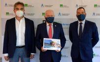 De izquierda a derecha: Manuel Cascos, Florentino Pérez Raya y José Luis Cobos presentan el informe sobre la situación en los centros sociosanitarios (Foto: CGE)