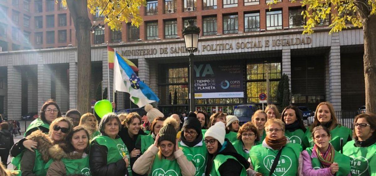 Técnicos sanitarios protestando delante del Ministerio de Sanidad. (Foto. S.R)