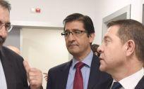 El presidente de la Diputación de Ciudad Real, José Manuel Caballero, con el presidente regional, Emiliano García Page y el consejero de Sanidad, Jesús Fernández Sanz, en una foto de archivo (Foto. DIPUTACION CIUDAD REAL)