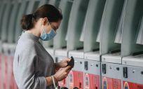 Una mujer con mascarilla en una estación de tren en Moscú (Foto. EVGENY SINITSYN)
