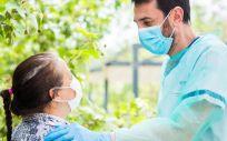 Psicólogo EAPS con un paciente durante la pandemia. (Foto. FUNDACIÓN  LA CAIXA    EP)
