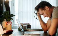 Trabajador con ansiedad y estrés. (Foto. Rawpixel)
