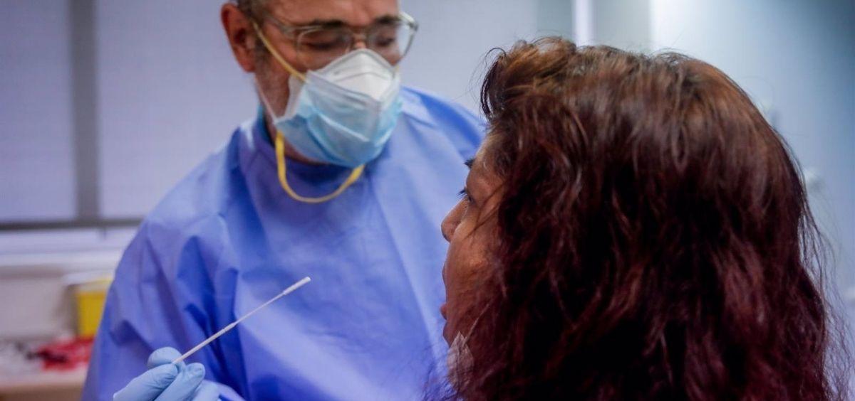 Un sanitario realiza una prueba PCR (Foto. Ricardo Rubio   EP)