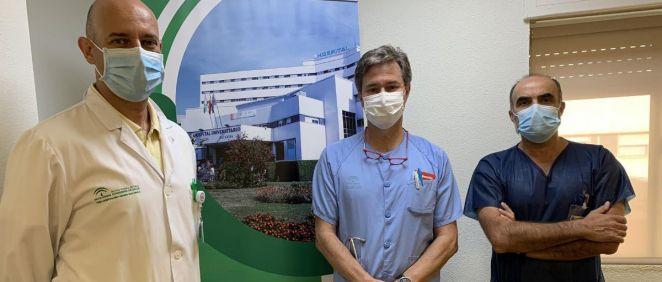 Los doctores Agustín Valido, Jesús Rguez Baño y Miguel Ángel Rico, responsables de los Servicios de Neumología, Enfermedades Infecciosas y Medicina Interna (Foto- Hospital Macarena)