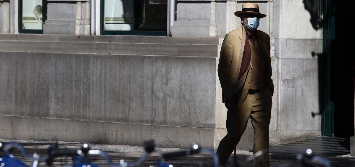 Hombre pasea por la calle con mascarilla (Foto. Álex Zea   Europa Press)