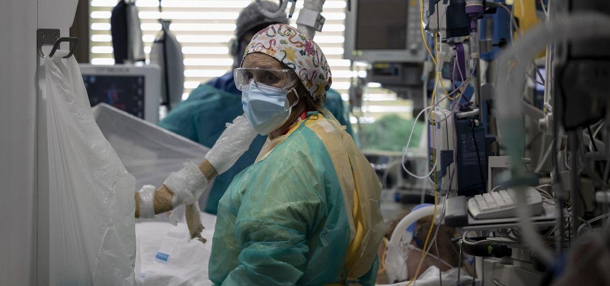 Dos sanitarios atienden a un paciente en la Unidad de Cuidados Intensivos (UCI) (Eduardo Parra  EP)