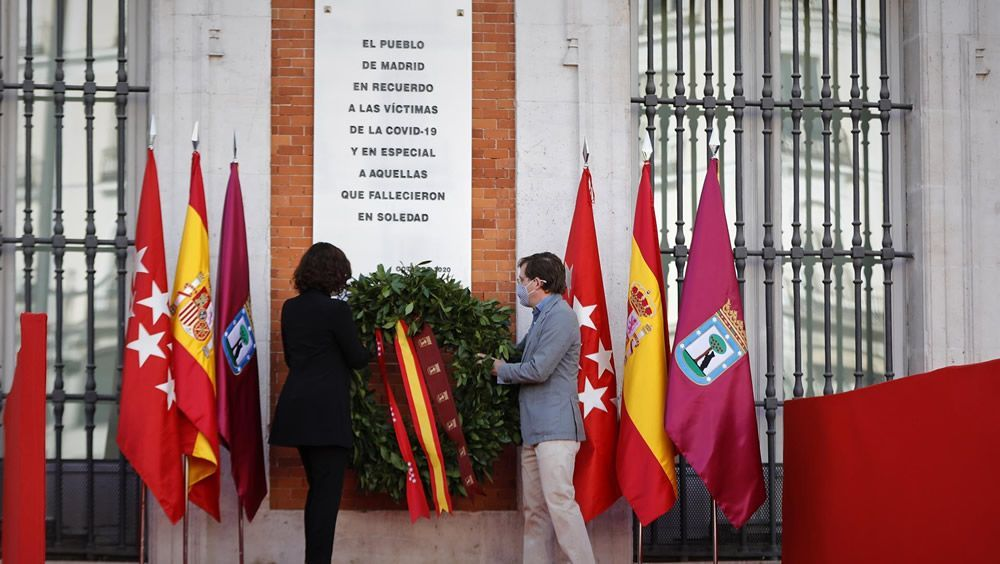 Una placa en la Puerta del Sol por las víctimas de la Covid 19