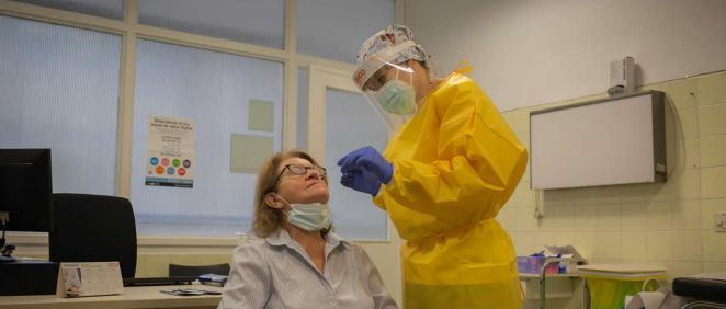 Una sanitaria realiza un test rápido de antígenos de detección de coronavirus a una doctora del Centro de Atención Primaria CAP Manso de Barcelona (Foto: David Zorrakino - Europa Press)