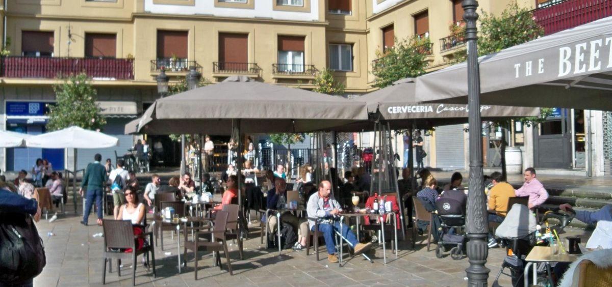 Clientes en terrazas de la Plaza Unamuno de Bilbao (Foto. EUROPA PRESS   Archivo)