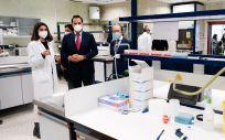 Ignacio Aguado y Eduardo Silicia se interesan por el nuevo test rápido de saliva (Foto: Comunidad de Madrid)