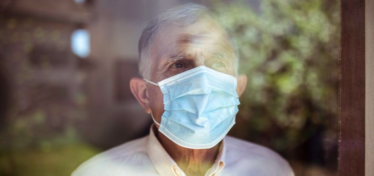 Hombre mayor mirando por la ventana. Coronavirus, Covid 19 (Foto. VLADA MAESTRO)