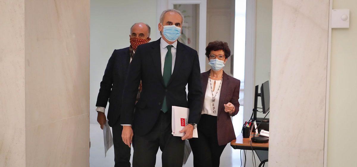 El consejero de Sanidad regional, Enrique Ruiz Escudero; acompañado por el viceconsejero de Salud Pública y Plan COVID 19, Antonio Zapatero, y la directora general de Salud Pública, Elena Andradas.