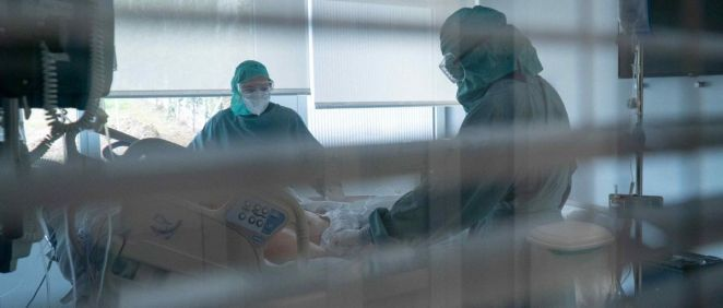 Profesionales sanitarios y paciente durante la pandemia (Foto. Universidad de Navarra)