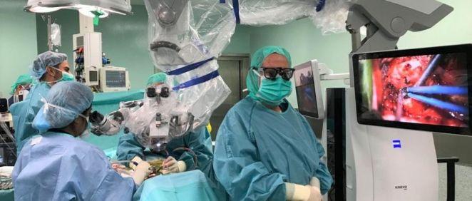 Los doctores Oliver, Gilete y Cano han estrenado el nuevo microscopio quirúrgico Kinevo 900 (Foto. Quirónsalud)
