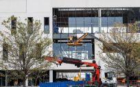 Varios obreros trabajan en las obras del nuevo Hospital de Emergencias de la Comunidad de Madrid, el Hospital Isabel Zendal (Foto. Óscar J.Barroso   Europa Press)