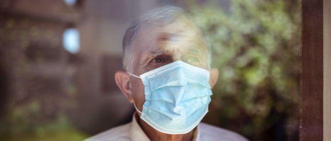 Hombre mayor mirando por la ventana. Coronavirus, Covid 19 (Foto. Vlada Maestro EP)