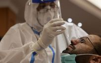 Un doctor realiza una prueba de coronavirus a un hombre en Líbano (Foto. Marwan Bou HaidarAPA Images via  DPA   Archivo)