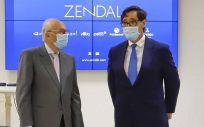 El ministro de Sanidad, Salvador Illa, junto al presidente del grupo Zendal, Pedro Fernández Puentes. (Foto. Marta Vázquez Rodríguez-Europa Press)