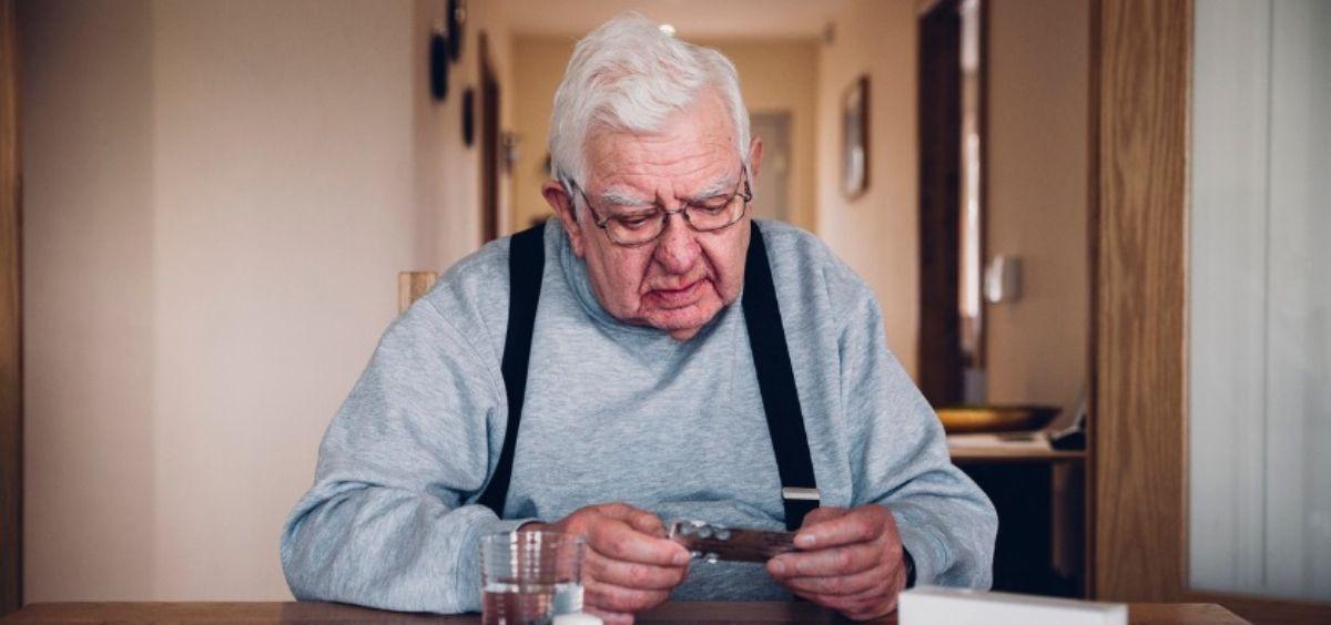 Persona mayor con medicamentos (Foto. Farmaindustria)