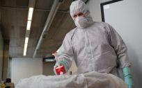 Un operario del Crematorio de Girona desinfecta el cuerpo de una persona fallecida con COVID 19 y su ataúd, antes de introducirle en el horno crematorio (Foto. David Zorrakin)