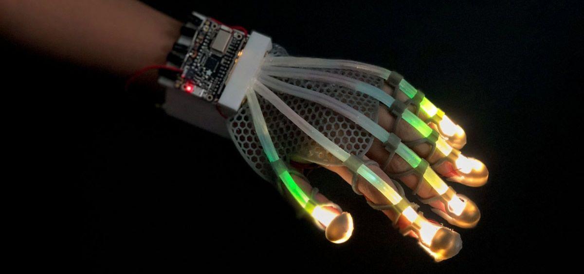 El sistema implantado en los dedos de un guante (Foto. Universidad de Cornell)