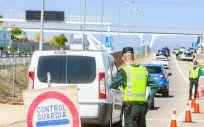 Agentes de la Guardia Civil vigilan durante un control (Foto. Ricardo Rubio EP)