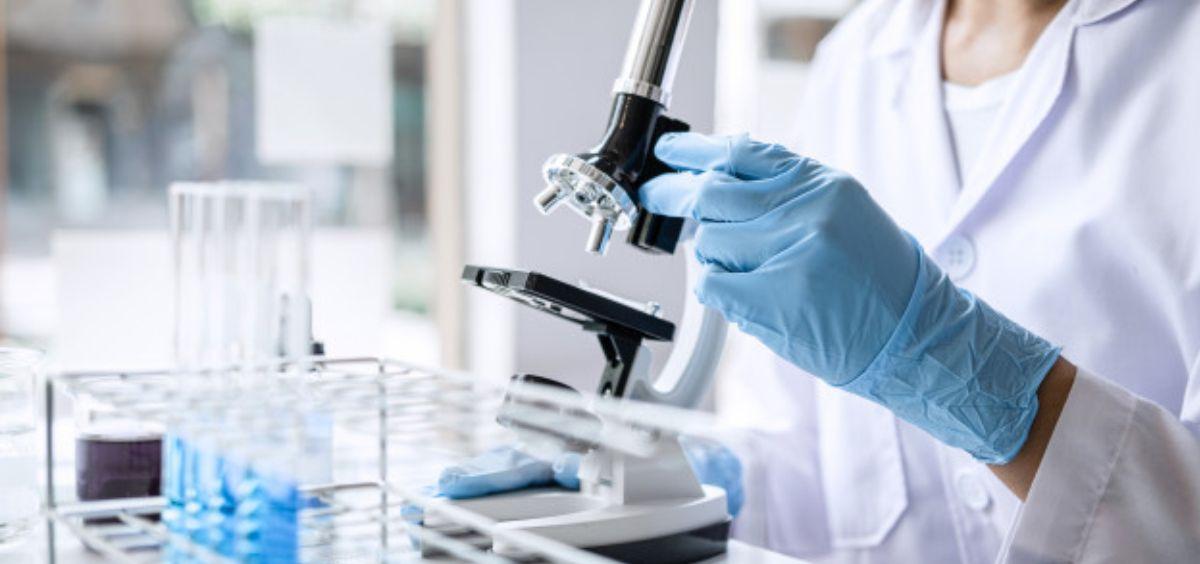 Biólogo analizando muestras en un microscopio (Foto. Freepik)