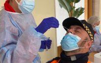 Profesional realizando una prueba para detectar Covid 19 (Foto. Comunidad de Madrid)