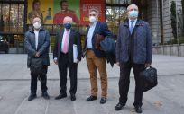 Los representantes del Foro Profesional, en la puerta del Ministerio de Sanidad (Foto: CGE)