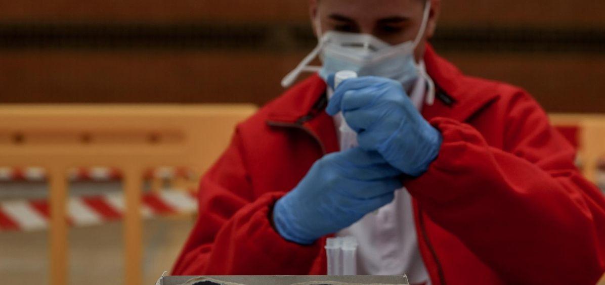 Un sanitario trabaja en el dispositivo de test de antígenos (Foto. Ricardo Rubio   EP)