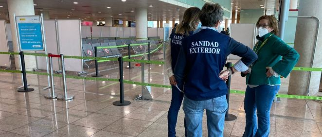 Personal de Sanidad Exterior trabajando en un aeropuerto (Foto: @DeleGobCataluna)