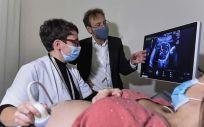 El doctor Eduard Gratacós, director de BCNatal y líder del proyecto de placenta artificial, con una paciente en el Hospital Sant Joan de Déu de Barcelona (Foto: David Campos - Fundación La Caixa)