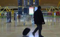 Un pasajero pasea por el aeropuerto de Madrid (Foto. Jesús Hellín   Europa Press)