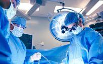 Cirujanos en una operación (Foto. UCLA)