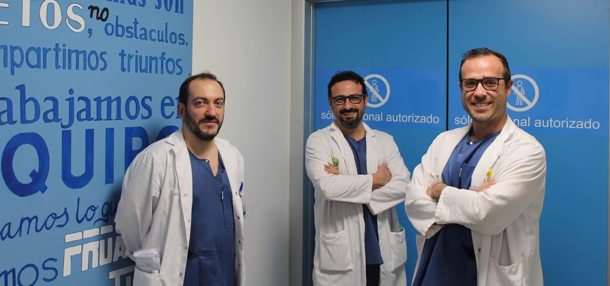 Los doctores Cristóbal Suárez Suarez, Carlos Martínez Limón y Armando Macera, del Hospital Infanta Elena (Foto. ConSalud)