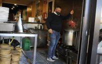 Un camarero dentro de su establecimiento abierto en O Carballiño. (Foto. Rosa Veiga   Europa Press)