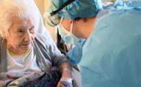 Elena y del doctor Álvaro Alejandre de Oña, médico del Servicio de Medicina Interna del Hospital Gregorio Marañón que la atendió durante su ingreso (Foto. UNIDAD FOTOGRAFIA HGUGM)