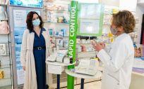 La presidenta de la Comunidad de Madrid, Isabel Díaz Ayuso, visita una farmacia. (Comunidad de Madrid)