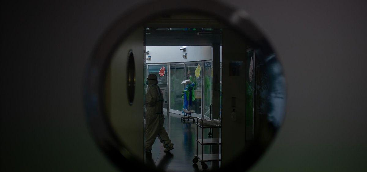 Un trabajador sanitario protegido en la Unidad de Cuidados Intensivos –UCI  del Hospital del Mar (Foto. David Zorrakino - Europa Press)