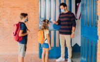 Toma de temperatura a niños antes de entrar en la escuela (Foto. Freepik)