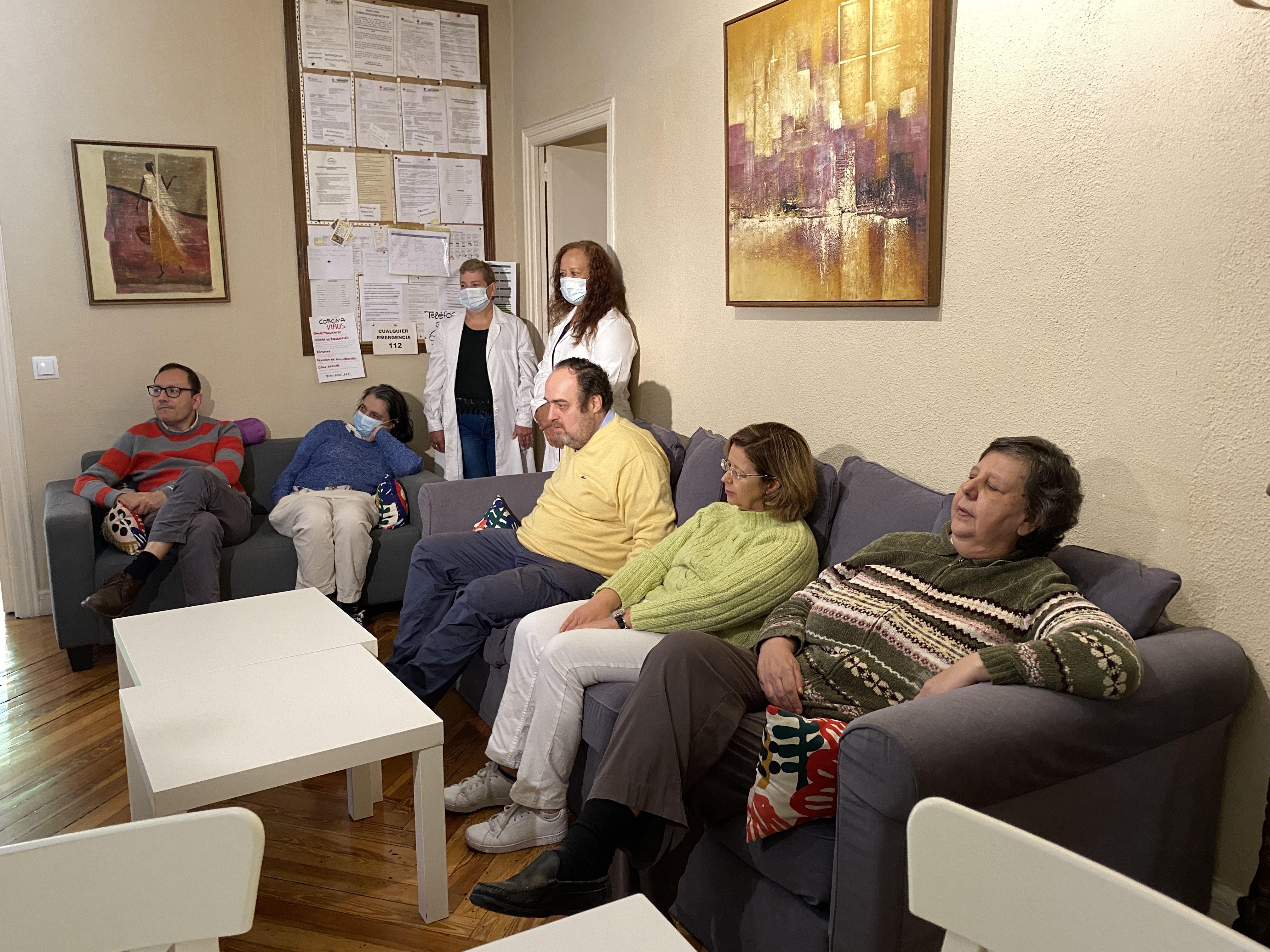 SALA DE ESTAR CON PACIENTES EN PISO AISS 2