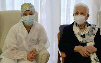 Araceli Rosario Hidalgo y Mónica Tapias, las primeras vacunadas de la Covid 19 en España (Foto. @sanidadgob)