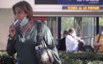 Una mujer fuma con un cigarrillo electrónico (Foto. Eduardo Parra   Europa Press   Archivo)