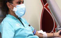 Donación de sangre de una sanitaria (Foto. HUT)