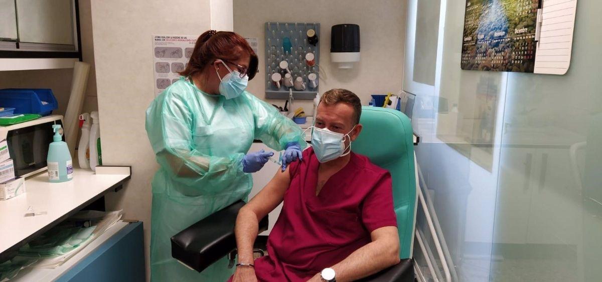 Profesional siendo vacunado (Foto. Junta de Andalucía)
